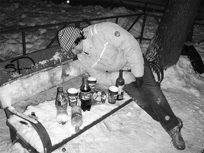 парень заснул зимой на лавочке